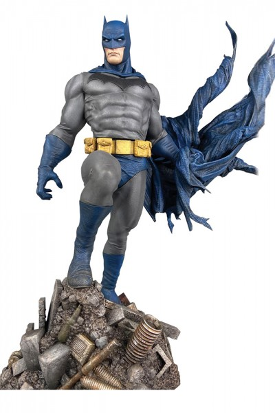 DC Gallery - Batman Defiant 25 cm Figur